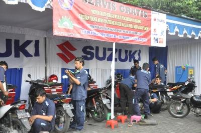 Selain jalan sehat, juga diadakan servis gratis dari Jurusan Teknik Mesin