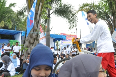 Ekspresi bahagia ketua umum Pasti yang mendapatkan sepeda gunung