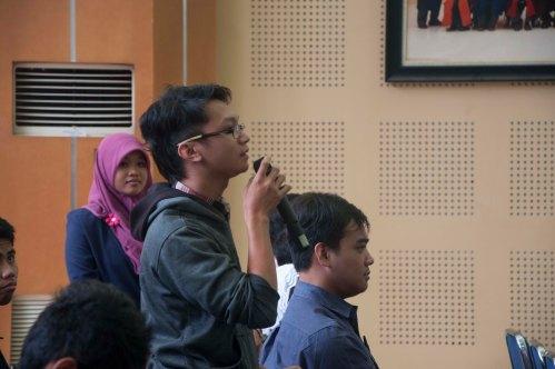 Seorang mahasiswa sedang mengajukan pertanyaan