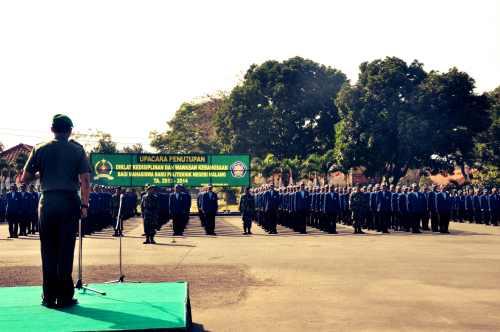 Suasana upacara penutupan LDK 2013. Kol Inf Ferry Zein bertindak sebagai inspektur upacara kali ini. (fotografer: Tri Budi)
