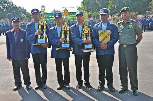 Juara bersama pimpinan. (dari kiri: Pudir III Polinema, para wakil juara lomba PBB, dan Kol Inf Ferry Zein)