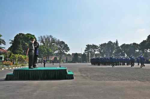 Pudir III (mewakili Direktur yang berhalangan hadir) bersama Komandan Rindam V Brawijaya hormat ketika devile yel-yel berlangsung. (Fotografer: Tri Budi)