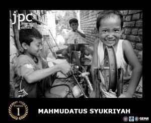 juara pertama Nama  : Mahmudatus Syukriyah Asal  : Magetan Judul Foto : (Senyum semangatku demi terciptanya sebuah alat baru yang akan ku persembahkan untuk negeriku dari  sepeda yang tak mungkin bisa ku kayuh lagi)