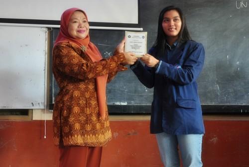 Penyerahan cinderamata kepada pihak sekolah yang diwakili oleh Nurika Larassaty, selaku Ketua Pelaksana acara