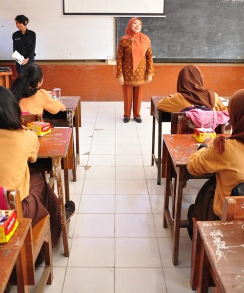 Dra. Ismi Sundari, Waka Kesiswaan SMPN 1 Bululawang menyambut hangat Pelatihan Jurnalistik dari LPM KOMPEN