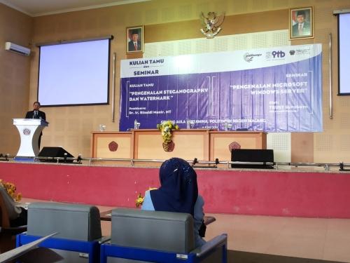 Ir. Tundung Subali Patma selaku Direktur Politeknik Negeri Malang membuka kuliah tamu dan seminar di aula pertamina (11/06) lalu.
