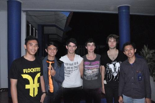 Sesi foto tim LPM KOMPEN bersama ketiga personil Dissonant Nation (05/06).