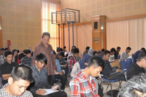 Pak Tundung memantau langsung berlangsungnya seleksi bersama ujian masuk politeknik negeri di Aula Pertamina Polinema (14/06).