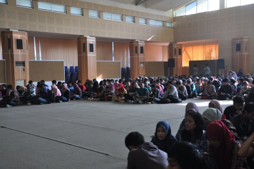 Suasana lesehan Mahasiswa Jurusan Teknik Sipil yang menghadiri Dialog Dosen Mahasiswa di Aula Pertamina Polinema (17/06).