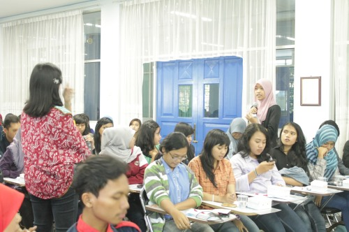 Sinta, salah satu peserta seminar sedang bertanya seputar keperawanan (07/06).
