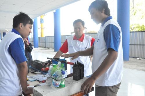 Kedua peserta menjelaskan hasil karyanya kepada salah satu juri lomba inovasi, Nawir Rasidi, ST.,MT  (09/06).
