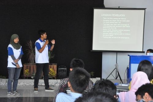 Dedy Yusuf Prayoga dan R. Chairul Mustofa sedang mempresentasikan hasil karyanya (09/06).