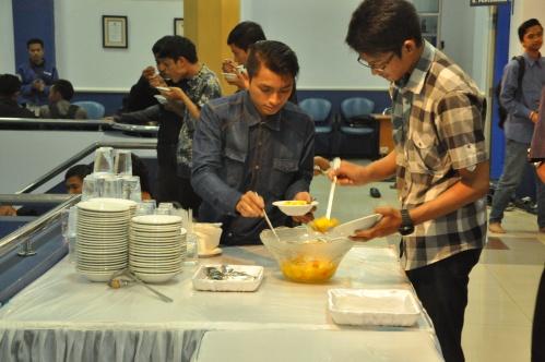 Suasana perjamuan buka bersama di Gedung Pusat lantai dua Polinema (08/07).