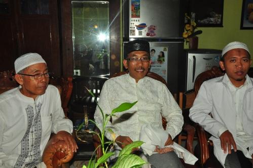 (kiri ke kanan) K.H Abdullah, Ust. Nur Salam, dan Rifa'at saat perjamuan di Pondok Pesantren Mahasiswa Ashabul Kahfi (14/07).