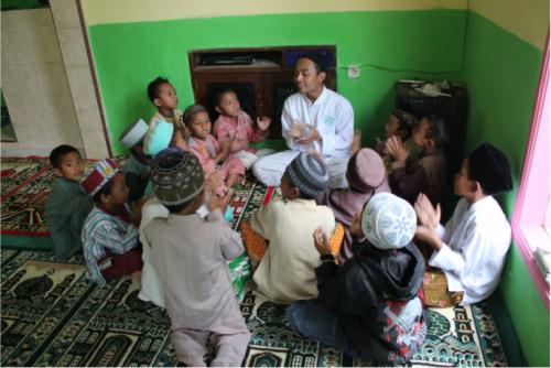 Riangnya tepuk tangan anak-anak Desa Sidoluhur di sela-sela kegiatan TPQ (18/07).