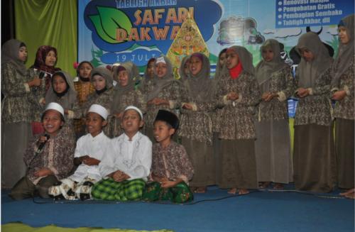 Terlihat sekali kekompakan anak-anak Desa Sidoluhur ini dalam Tabliq Akbar (19/07).