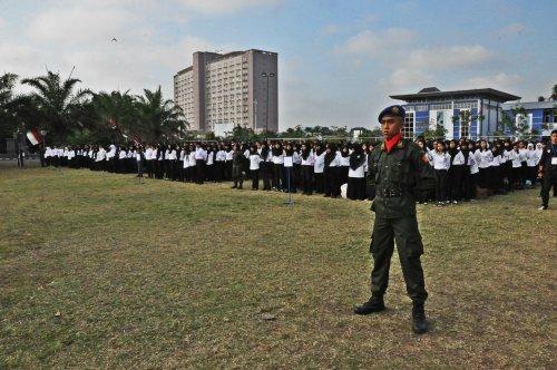 Deretan Mahasiswa baru mengikuti upacara pembukaan expo (25/08).