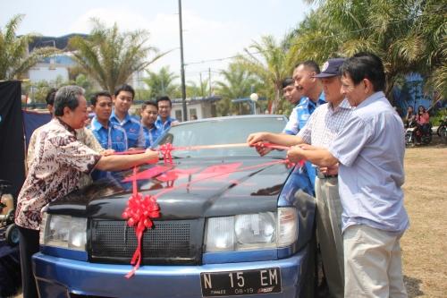 Direktur Polinema, Ir. Tundung Subali Patma, MT sedang melakukan pemotongan pita sebagai tanda peresmian mobil listrik Tunas II pada saat Expo Kelembagaan (04/09).