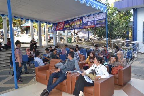 Pencari kerja dari berbagai penjuru menunggu panggilan interview di depan Aula Pertamina Polinema (17/09).