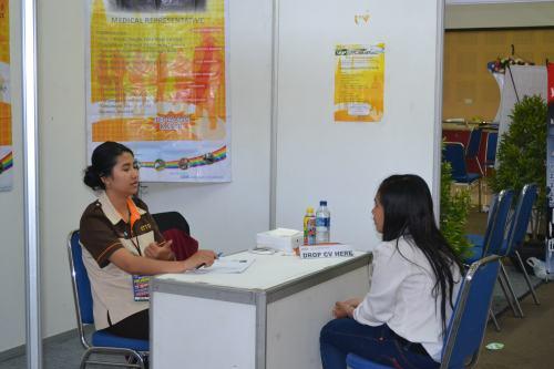 Salah satu pelamar sedang melakukan wawancara kerja di OTTO Pharmaceutical Industries (17/09).