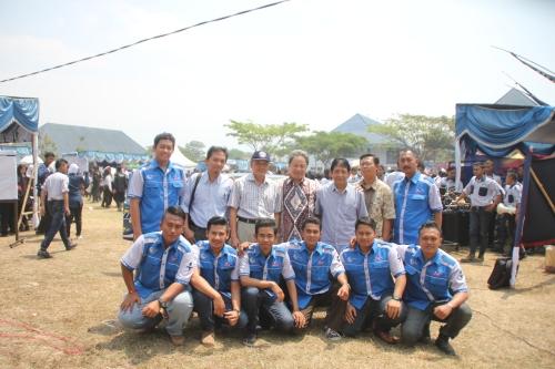Tim mobil listrik Tunas II, dosen pembimbing dan direktur Polinema berfoto bersama (04/09).