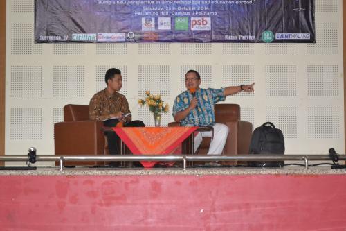 BapakOnno W. Purbo (kanan) sedangmenyampaikanmateritentang UPnP (25/10)