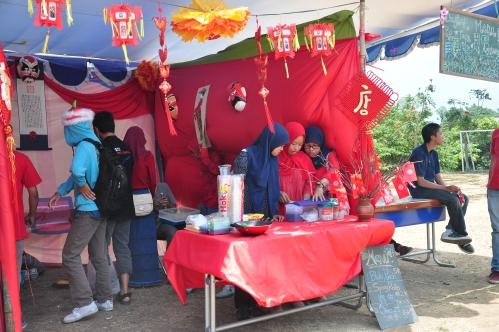 Terlihat salah satu stan kelas mandarin  sedang mempersiapkan segala macam pernak-pernik budaya  (11/10).
