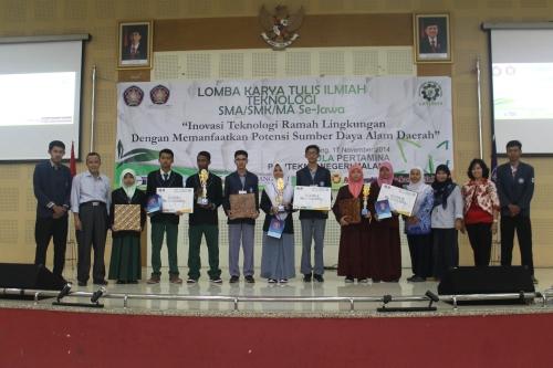 Ketiga pemenang LKTI SMA/SMK/MA Se-Jawa foto bersama tim juri di Aula Pertamina Polinema (16/11).