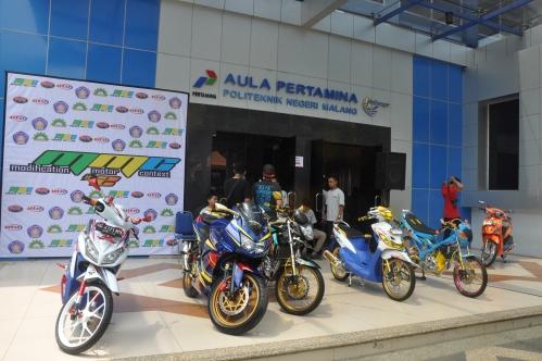 Hasil pecinta modifikasi mtor dipampang di depan Aula Pertamina Polinema dalam acara Modification Motor Contest hari Minggu lalu (23/11).