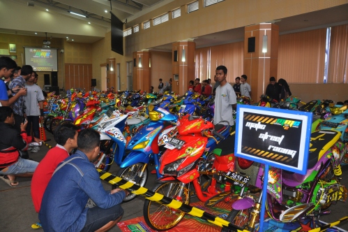 Terlihat penonton yang hadir sedang mengamati jajaran matic street racing di Aula Pertamina Polinema (23/11).