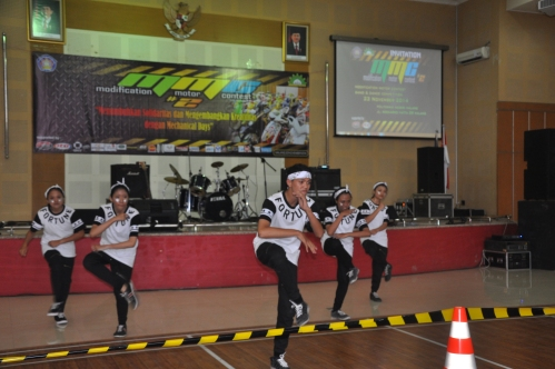Aksi salah satu peserta lomba dance yang turut memeriahkan acara Modification Motor Contest (23/11).