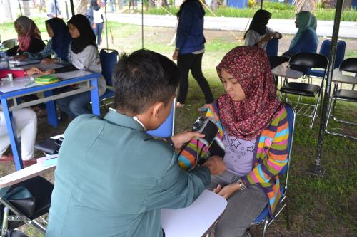 Sambil menunggu servis motor,salah satu pelanggan mendapatkan check up kesehatan dari Mahasiswa Poltekkes Kemenkes Malang (23/11).