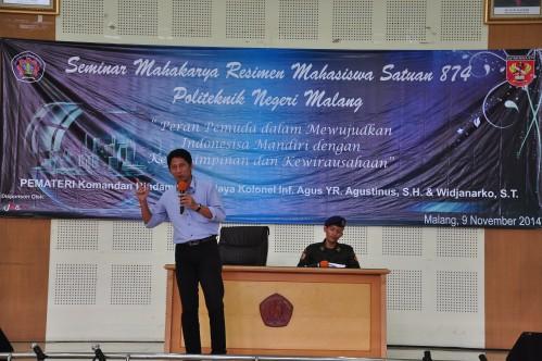 Saat Widjanarko, S.H menjelaskan tentang kaitan kewirausahaan dengan peran pemuda dalam mewujudkan Indonesia mandiri di Aula Pertamina Polinema Minggu lalu (09/11).
