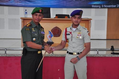 Komandan Satuan UKM MENWA Polinema sedang memberikan kenang-kenangan kepada Kolonel Inf. Agus YR. Agustinus, S.H. diakhir acara Minggu lalu (09/11).