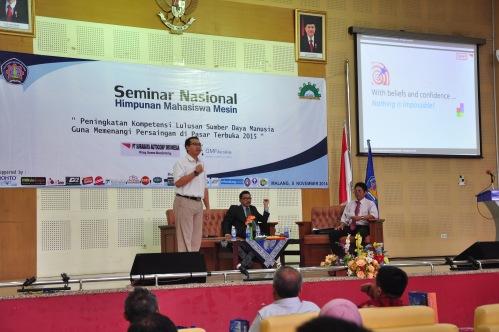 """F. Anggakusuma memotivasi """"with confidence and believe nothing is impossible"""" untuk mahasiswa dalam seminar ini (08/11)."""