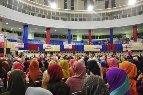 para jemaah mengacungkan tangan saat di tanya Ustadz Yusuf Mansur (05/11)