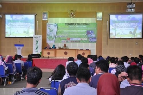 Prof. Dr. Ir. Suprapto DEA menjawab pertanyaan dari peserta Seminar Nasional HMTK