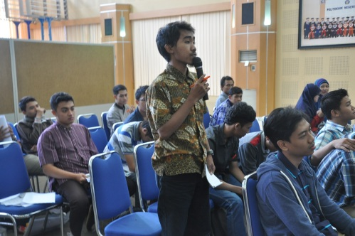 Salah seorang peserta seminar nasional dari jurusan kimia Polinema bertanya kepada pemateri