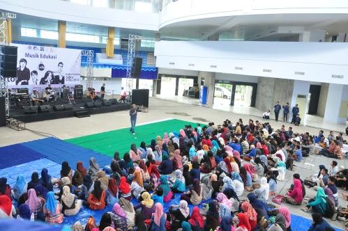 Ramainya mahasiswa Polinema yang menghadiri acara Musik Edukasi bersama Letto (6/12).