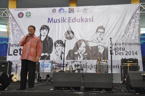 Terlihat senyum Pak Tundung selaku Direktur Polinema saat mengisi sambutan dalam acara Musik Edukasi (6/12).