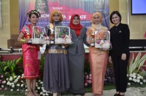 Pemenang lomba make-up kelompok dan busana nasional