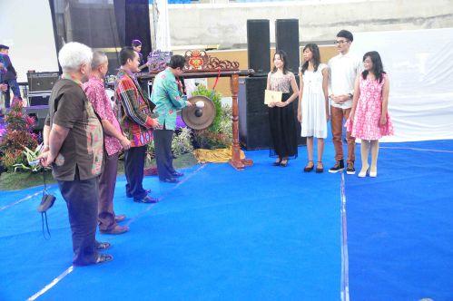 Pembukaan acara Natal Bersama oleh Direktur Politeknik Negeri Malang dengan penabuhan gong di Graha Polinema.