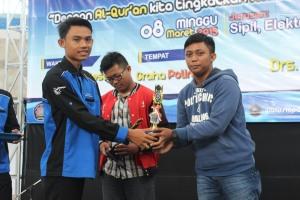 Muhammad Aminuddin, selaku Ketua Panitia memberikan hadiah kepada pemenang lomba mentoring