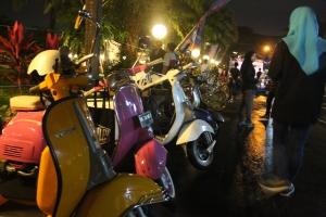 Terlihat komunitas vespa dan low rider turut memeriahkan acara Ceret