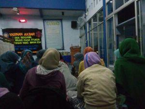 Antusiasme peserta perempuan saat mengikuti acara Yasinan Akbar