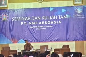 Muhammad Sadali saat memberikan materi Seminar dan Kuliah Tamu PT. GMF AeroAsia di Aula Pertamina Polinema