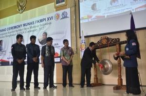 Pemukulan gong oleh Ir.Tundung Subali Patma sebagai tanda dibukanya Munas FKMPI XVI 2015