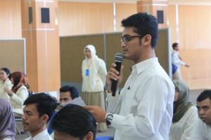 salah seorang peserta bertanya dalam sesi tanya jawab dalam DIPAM Jurusan Akuntansi
