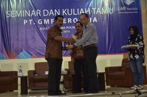 Penyerahan cinderamata oleh ketua JPC, Drs Bambang Soepeno, MMKom, MM kepada Muhammad Sadali selaku Vice President Line Maintenance PT. GMF AeroAsia di acara Seminar dan Kuliah Tamu PT. GMF AeroAsia