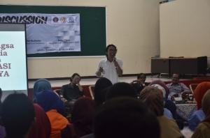 Dr. Anton Muhibuddin, SP, MP, sedang memberikan materi kepada peserta dalam acara FGD.